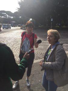 Cristina Faloci di Radio RAI mentre raccoglie un'intervista